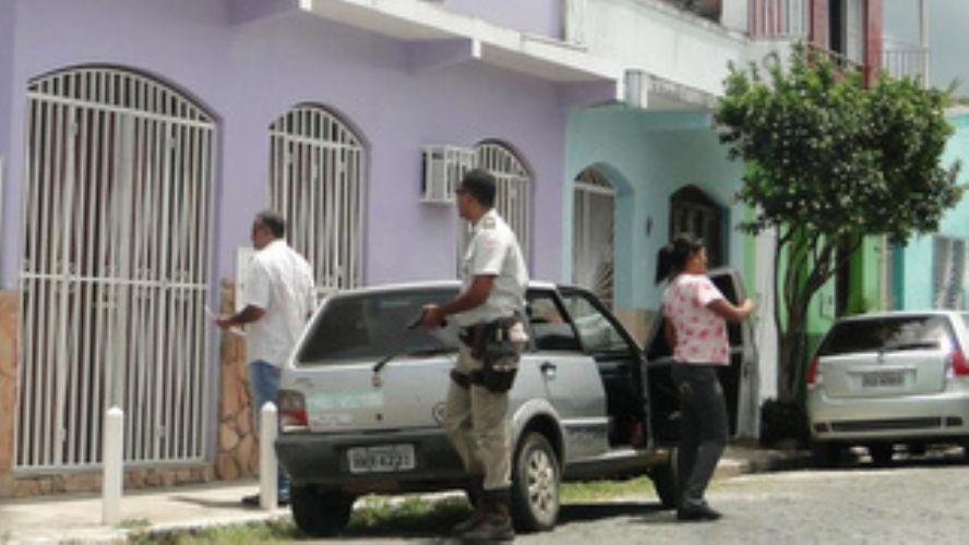 Flagrante da chegada da justiça e da polícia na casa do ex-servidor
